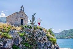 Una capilla vieja y una torre ligera en Kotor, Montenegro imagen de archivo
