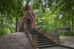 Una cappella storica nella foresta, Tolkmicko, Polonia Fotografia Stock Libera da Diritti
