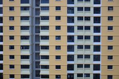 Una cara externa de un bloque de apartamentos fotografía de archivo libre de regalías