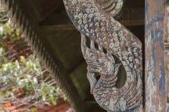 Una caratteristica architettonica tailandese antica interessante, disposta al fondo della gronda del ` una s del tetto di vecchia fotografia stock libera da diritti