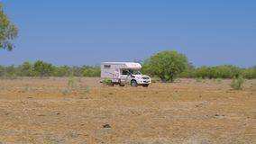 Una caravana que conduce a través de bushland seco almacen de video