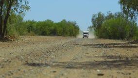 Una caravana que golpea para arriba el polvo con el pie que conduce adelante almacen de metraje de vídeo