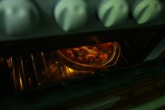 Una carne asada más caliente en el horno, el guisado vegetal se cuece en una forma de cristal en el horno fotos de archivo libres de regalías