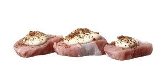 Una carne cruda di tre bistecche con maionese e le spezie Immagine Stock
