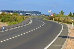 Una carretera con curvas al lado del aeropuerto de Alicante imágenes de archivo libres de regalías