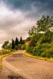 Una carretera con curvas sola en las colinas de Toscana - 2 Imágenes de archivo libres de regalías