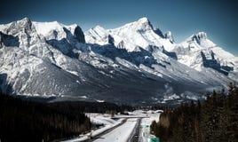 Una carretera en montañas rocosas canadienses Canmore, Alberta Fotografía de archivo libre de regalías