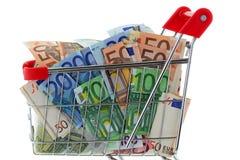 Una carretilla del carro de la compra por completo del billete de banco euro Fotografía de archivo libre de regalías