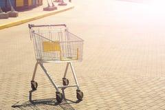 Una carretilla emrty de las compras en el camino 01 Fotos de archivo libres de regalías