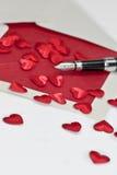 Una carta de amor y una pluma Foto de archivo libre de regalías