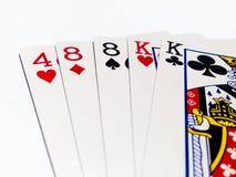 Una carta di due paia in gioco del poker con fondo bianco Fotografia Stock Libera da Diritti