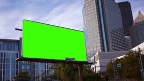 Una cartelera de publicidad de la esquina del márketing del perno en área céntrica de la ciudad almacen de video