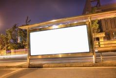 Una cartelera en blanco del hdr en una parada de omnibus Foto de archivo libre de regalías