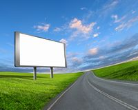 Una cartelera grande establecida a la izquierda del camino con un cielo grande de la perspectiva Imagen de archivo libre de regalías