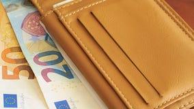 Una cartera con los billetes de banco euro Foto de archivo