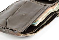 Una cartera de cuero para hombre resistida con el dinero en él imagen de archivo