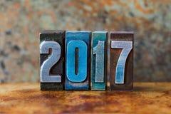 una cartolina da 2017 anni Cifre variopinte dello scritto tipografico sul fondo arrugginito del metallo Retro manifesto di natale fotografia stock