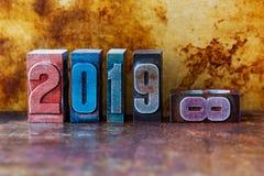 una cartolina da 2019 buoni anni Vacanze invernali variopinte di simbolo delle cifre dello scritto tipografico Retro natale creat fotografia stock