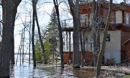 Una casa è minacciata dai livelli d'acqua di aumento dal fiume Fotografie Stock Libere da Diritti