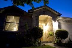 Una casa agradable del ladrillo en la noche fotografía de archivo libre de regalías