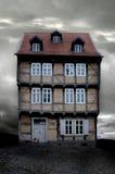 Una casa alemana vieja en la tarde oscura del otoño Foto de archivo libre de regalías