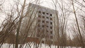 Una casa alta de varios pisos indigna en el edificio del bosque A sin las ventanas almacen de metraje de vídeo