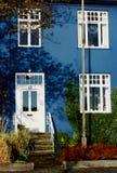 Una casa azul Imagen de archivo libre de regalías