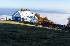 Una casa bianca sola sopra una montagna La casa è sopra le nuvole Camera e paesaggio della montagna Fotografia Stock Libera da Diritti