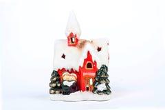 Una casa ceramica della decorazione di natale su fondo bianco Fotografia Stock