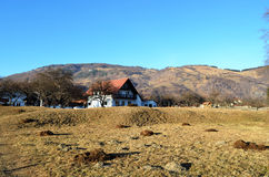 Una casa cerca de una montaña Imagen de archivo