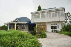 Una casa china del pueblo del ladrillo y un árbol grande del ginkgo fotografía de archivo