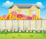 Una casa circondata con i fiori variopinti Fotografia Stock