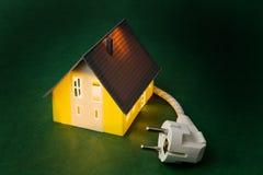 Una casa con la spina di potenza Immagini Stock