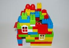 Una casa construida con los bloques Foto de archivo