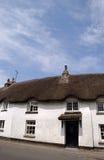 Una casa cubierta con paja Foto de archivo