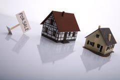Una casa da vendere. immagine stock