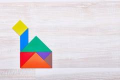 Una casa dai pezzi colorati di puzzle Immagine Stock