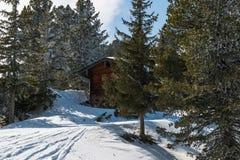 Una casa de campo del esquí en las montañas del austriaco del invierno Foto de archivo libre de regalías