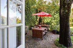 Una casa de ciudad hermosa con un jardín hermoso en Oporto céntrico Imágenes de archivo libres de regalías
