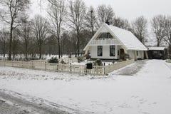 Una casa de la casa de planta baja en nieve Fotos de archivo