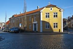 Una casa de madera amarilla vieja en Halden fotografía de archivo libre de regalías