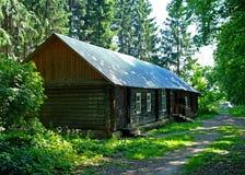 Una casa de madera en un bosque del abedul Imagen de archivo