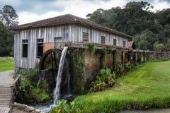 Una casa de madera vieja con la rueda hidráulica en Río Grande del Sur Fotografía de archivo