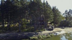 Una casa de madera vieja para el resto está en el agua vídeo Acumule cerca de la orilla en el fondo del árbol, naturaleza almacen de video