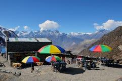 Una casa de té debajo del paso del La de Thorong, en el circuito de Annapurna, Nepal 3 de noviembre de 2014 Con los paraguas colo imagen de archivo libre de regalías