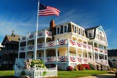 Una casa decorata patriottico nel boschetto dell'oceano sulla riva del New Jersey fotografia stock libera da diritti
