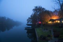 Una casa del lago en el crepúsculo Imágenes de archivo libres de regalías