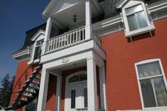 Una casa del siglo con el balcón Fotos de archivo libres de regalías