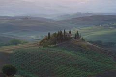 Una casa di campagna antica il belvedere sulle colline della mattina della Toscana all'inizio di settembre Fotografie Stock