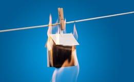 Casa di carta bruciante sulla linea Immagini Stock Libere da Diritti